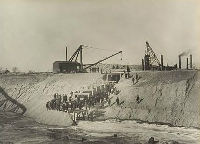 Breaking the dam and turning water into the Canal on January 2, 1900